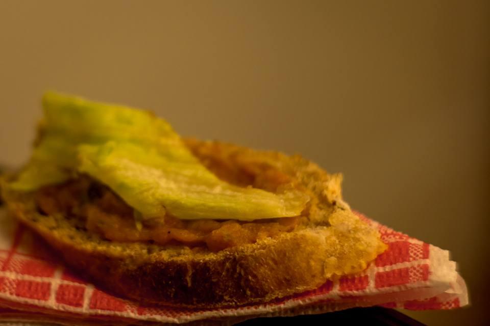 szendvics salátaszeletkével a tetején